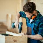 Håndværker udfører træarbejde