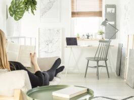 Kvinde hygger sig i hjemmet